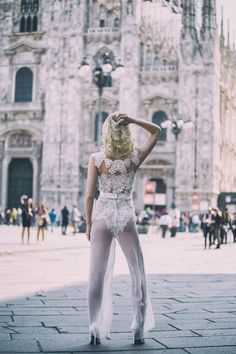 Sonnige Bilder aus Mailand. Egal wo, in Mailand findet man überall ein schönes Plätzchen. Unser Outfit lässt Miriam vor der Kirche und im Bahnhof strahlen. | Body: Grace, Hose: Marly | Model: Miriam Buc. | Fotograf: Larissa Hermanowski Photography | EMANUEL HENDRIK | Handgemachte Designer Brautmode aus Düsseldorf. Hochzeitskleider, Brautkleider und Anzüge maßgeschneidert für jeden.