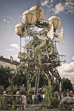 Inspired by Leonardo da Vinci's crazy drawings of flying objects, the world-renowned French arts group La Machine designed Aeroflorale II - an animated industrial garden that originally appeared at the Bauhaus Color Festival in Germany.