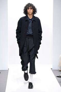 The complete Margaret Howell Fall 2018 Ready-to-Wear fashion show now on Vogue Runway. Margaret Howell, Big Men Fashion, Fashion Brands, Fashion Outfits, Fashion Websites, Fashion Stores, Fashion 2018, Fashion Show Collection, Mode Style