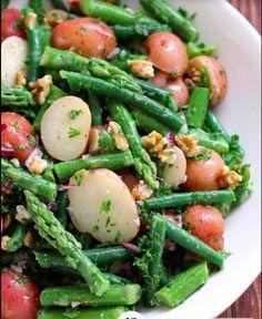 Salade asperges vertes - pommes de terre - noix et oignons rouge