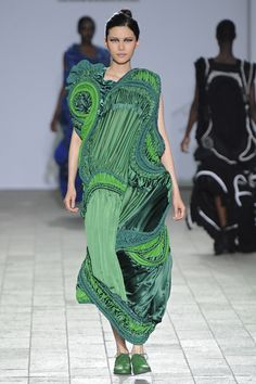 Teruhiro Hasegawa CSM 2012 <<< When it comes to this art, japanese designers are the best or most innovative. Fashion Forms, 3d Fashion, Weird Fashion, Look Fashion, Couture Fashion, High Fashion, Fashion Show, Fashion Outfits, Womens Fashion