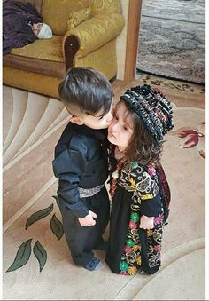 Cute Baby Couple, Cute Baby Girl Pictures, Cute Girl Photo, Cute Little Baby, Cute Babies, Baby Kids, Beautiful Little Girls, Beautiful Children, Cute Girls