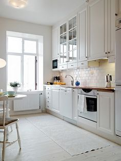 The black kitchens, just as white gives off a natural elegance hardly comparable with other tones. It is true that, often, many resist the white kitch. Black Kitchens, Home Kitchens, New Kitchen, Kitchen Decor, Kitchen White, White Kitchen Furniture, Küchen Design, Apartment Kitchen, Kitchen Flooring