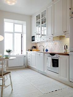 Cocina blanca. #Azulejos blancos.
