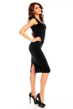 KarteS – Čierne šaty klasického strihu s ozdobným šitím, veľmi štýlový dekolt zakončený diskrétnym volánikom, široké ramienka dodávajú šatám romantický nádych. Vysokokvalitný elastický materiál bez lesku, nie je to úplet. Zapínanie na zips. Dĺžka šiat – 92 – 95 cm.  Dodávka do cca 10 pracovných dní Veľkostné tabuľky