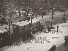 Av. Rio Branco, no Centro/RJ - Década 30 Na foto, vemos que a Av. Rio Branco tinha mão dupla naquela época, como estão querendo fazer de novo. Essa calçada linda de pedras portuguesas fica, ainda hoje, em frente à Biblioteca Nacional, na Cinelândia.
