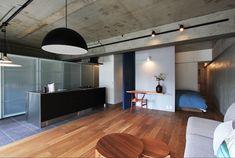 専門家:リノベる。が手掛けた、キッチン(混在する色と素材と空間をつなぐ青い大黒柱)の詳細ページ。新築戸建、リフォーム、リノベーションの事例多数、SUVACO(スバコ)