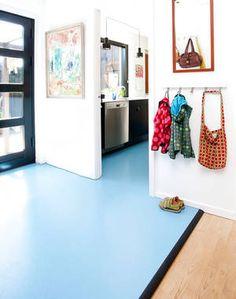 Linoleum er en typisk elastisk gulvbelægning. Læg det i entreen og få et spændende og farverigt udtryk. Foto: Lene K
