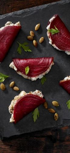 beetroot foldovers with blue cheese + dates + greek yogurt + pumpkin seeds delicious food Blue Beetroot Fold-Overs Yummy Food, Tasty, Appetisers, Food Design, Appetizer Recipes, Party Recipes, Canapes Recipes, Gourmet Appetizers, Skewer Appetizers
