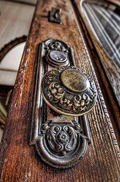 Unique and interesting door knobs for an attractive front door gugel .Unique and interesting door knobs for an attractive front door FireplaceDoor knobs and knockersBest cool door knockers ideasBest cool door knockers ideas Door Knobs And Knockers, Antique Door Knobs, Antique Hardware, Cool Doors, Unique Doors, Victorian Door, Victorian Homes, Door Handles, Antiques