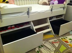 Toddler Captains Bed Materials: 1 x Gulliver bed. 6 x Vikare Guard Rails. 2 x Besta cabinets. 2 x Besta Cabinet doors. 2 x drawer kits. Fine toothed saw. Kallax, Ikea Twin Bed, Twin Bed With Drawers, Hacks Ikea, Captains Bed, Ikea Decor, Ikea Hackers, Ikea Furniture, Kid Beds