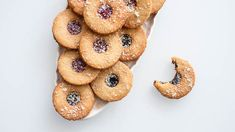 Vyzkoušejte letos o Vánocích tak trochu jiné linecké cukroví! :) Je o hodně zdravější než klasika a přesto je chuťově naprosto vynikajicí! Xmas Food, Christmas Sweets, Christmas Baking, Organic Matter, Doughnut, Muffin, Paleo, Low Carb, Fresh