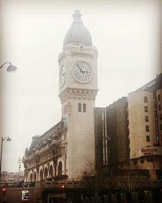"""""""L'express de Lyon, peuplé comme un village, entrait en gare avec des halètements espacés."""" Les Hommes de bonne volonté (1932-1946) Louis Farigoule, dit Jules Romains"""