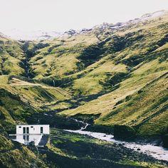 En Islandia de vacaciones en una casita como esa con pileta en el medio del valle. Que más se puede medir. . Foto por Ross Hughes . #iceland #islandia #alavaca #wildlife #amazing #super #loveit #beauty #cool #impressive #viajar #vacaciones #travel #trip #vacation #beautiful #inspiring #livetravelexplore www.alavaca.com #viajar #alavaca #travel #inspiration #vacations #vacaciones #alquiler #vacationalrental