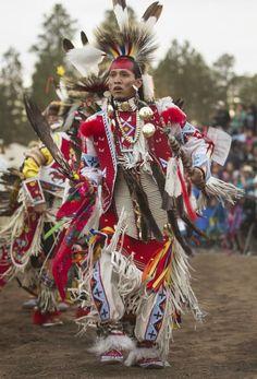 Danzante Navajo durante el 16 festival en Pinetop, Arizona.