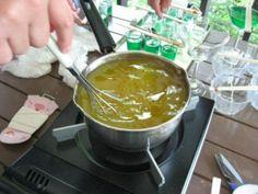 揚げ物や天ぷらなどの料理で使った油を何回か使う方も多いとは思いますが、その後に捨ててしまうのは「もったいないな」と思ってしまう女性陣は多いはず。今回はそんな家庭の廃油を使って自然にも優しいエコロジーなアロマキャンドルの作り方をご紹介させていただきます。