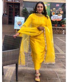 Simple Kurti Designs, Fancy Blouse Designs, Designs For Dresses, Punjabi Suits Designer Boutique, Indian Designer Suits, Indian Suits, Designer Party Wear Dresses, Kurti Designs Party Wear, Embroidery Suits Design