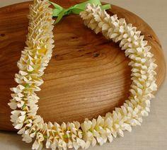 Original Hawaiian Honeymoon Lei instead of a bouquet with yiur Hawaiian wedding dress. #Weddings #WeddingFlowers