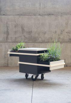 Een mooi kastje voor plantjes maakt je huis en tuin extra feestelijk. Wat dacht je van dit exemplaar van Sovrappensiero Design Studio bijvoorbeeld?