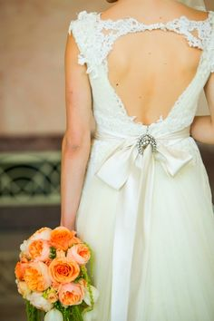 Modelo de vestido de noiva de renda com lindo decote nas costas