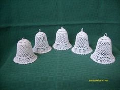 harang 3 Crochet Christmas Ornaments, Holiday Crochet, Christmas Bells, Christmas Projects, Crochet Earrings, Crochet Hats, Decor, Natal, Crocheting