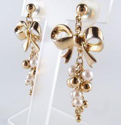 ゴールドトーンリボンパールピアス! 存在感があってファッションのポイントになりやすいピアス。 約0.4cm(径)のホワイトパールとゴールドパールがぎっしりあしらわれた可愛いデザイン。