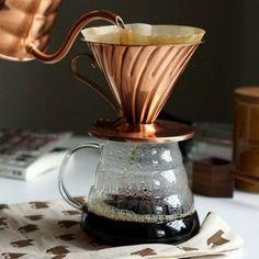Еще один способ альтернативного заваривания кофе - пуровер, от англ. pour over - лить сверху. Способ похож на заваривание в кемексе, но здесь дриппер (воронка) отдельная, она может быть из любого материала (пластиковая, керамическая, стеклянная), устанавливается сверху емкости, в которую протекает кофе. Интересно, что такую воронку придумали в Японии 🎎, поэтому иногда воронку ошибочно называют Харио, хотя Hario - это название японского бренда, выпускающего эти воронки. Японцам близок этот…