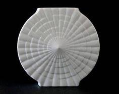 Eine schöne große und seltene Vase von dem berühmten finnischen Designer Tapio Wirkkala für Rosenthal Studio-Linie in Deutschland. Der Entwurf stammt aus den 70ern und die Vase erfolgt im glänzend schwarzen Glasiertes Feinsteinzeug, kombiniert mit schwarzen Bisque (= Maske) Porzellan. Porcelaine Noire heißt. Schöne Erleichterung Dekoration der Tropfen. Innen, die Unterseite und die weiter unten am Hals sind alle in glänzende Glasur. Der Rest ist in Matte Glasur. Es ist eine auffallende K...