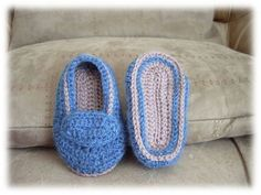 wabakibleujeans02 Slippers, Shoes, Hands, Embroidery, Crochet For Baby, Crochet Slippers, Bebe, Zapatos, Needlepoint