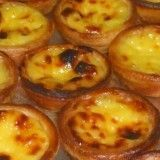 Pasteis de nata -- I love these. If any of you speakers out there can translate the recipe, I would be eternally grateful! Portuguese Tarts, Portuguese Desserts, Portuguese Recipes, Köstliche Desserts, Delicious Desserts, Yummy Food, Sweet Recipes, Cake Recipes, Dessert Recipes