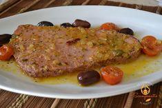 Filetti di tonno rosso in padella con cipolla, olive e pomodorini