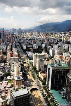 """Caracas """"La Sucursal del Cielo"""", Venezuela Esta calles estan llegan de gente que luchaporlapaz por el mañana de sus familias! #SOSVENEZUELA #VENEZUELALUCHA #TODOSSOMOSVENEZUELA"""