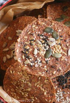 Zutaten (für ca. 40 runde Bro(h)te) ca. 250 g Leinsamen (eingeweicht) 2-3 rote Paprika 5 Tomaten 2-3 Knoblauchzehen 10 EL Sonnenblumenke...