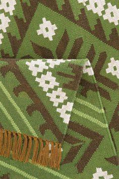 Der von Hand gewebte Teppich »Kayla« aus der Home affaire Collection bereichert das Wohnzimmer um eine elegant orientalische Note. Das traditionelle Kelim-Muster ist in tollen Farbvarianten erhältlich. Für die Herstellung der Teppiche aus der Kollektion werden Recyclingflaschen verwendet.