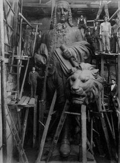 Fotografia incrível da construção da estátua do Marquês de Pombal.