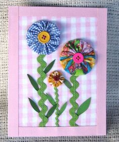 Sewing Fabric Flowers Yo Yo Flowers I like the rick rack stems, would be good for girls' shirts etc Fabric Cards, Fabric Postcards, Small Quilts, Mini Quilts, Handmade Greetings, Greeting Cards Handmade, Quilting Projects, Sewing Projects, Yo Yo Quilt