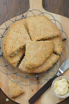 Gluteenittomat leivonnaiset ovat uunituoreina oikein herkullisia. Näiden teeleipien pinta oli rapea ja sisus pehmeä, voin ja hillon kanssa ...