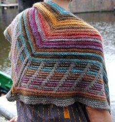 Meget smukt sjal. Leg med farvesammensætningerne. Her strikket med farveskiftegarn. Søjlerne fremkommer ved masker, der tages løst af. Det ser sværere ud, end det er. Læs mere ...