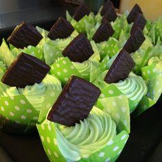 After eight Cupcakes Cupcakes (ca. 15 stk.) 200 g sukker 2 æg 3 dl creme fraiche (18 %) 100 g blødt smør 50 g kakao 150 g mel 1 tsk. bagepulver 125 g mørk smeltet chokolade Fremgangsmåde: Alle ingredienser skal have stuetemperatur. Æg og sukker piskes let og luftigt. Smør og creme fraiche tilsættes, rør kun…