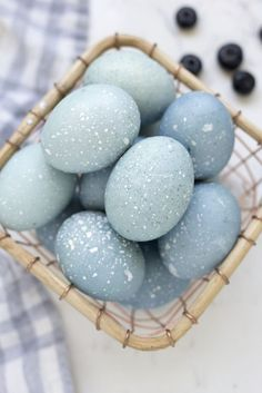 How to Dye Easter Eggs with Blueberries - Delicious and Beautiful Easter Recipes and Decor Ideas via @freutcake