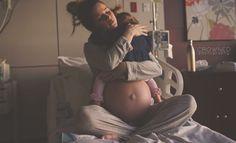 Bijzondere foto: omhelzing tussen moeder en dochter vlak voor bevalling