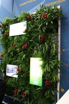 vertikale Pfanzenwand mit integierten Bildschirmen für Präsentation auf der Internorga in Hamburg, #vertikal #Pflanzen, grüne #Wanddekoration mit vertikaler Bepflanzung, #Messe #Hamburg, Sonderanfertigung für #Messestand, #fairdekoration with #plants