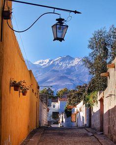 Arequipa, Perú: Localiza-se no sul do país, a 2300 metros de altitude, estendendo-se numa área de oásis localizada num vale das montanhas desérticas da cordilheira dos Andes, e rodeada por vários picos, entre os quais o de Misti, com cerca de 5820 metros de altitude. É a cidade mais bonita do Peru, localizada ao lado do vulcão nevado de Misti (5.800 metros).