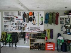 Garage, mur matos, matériel alpinisme, esxalafe, sports outdoor Ca donne bien envie!