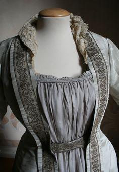 """Watered silk (powder blue) house dress/tea gown, 1888. Lace collar stiffened by wire. Front detail view.  """"Veste da casa intera in seta marezzata azzurro polvere. Colletto in merletto irrigidito da fil di ferro. Etichetta """"L. Tompkins - South Kensington"""""""" Abiti Antichi- Abito da casa 5"""