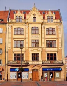 """kamienica z 1897 roku   w 1939 roku otworzono w niej lodziarnię """"Rosengarten"""", a w 1951 roku z kolei bar mleczny   Bytom, Rynek 12   fot. Wojciech Sokolnicki   http://www.woj50.foto-kurier.pl/"""