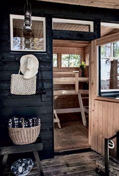 Mustat saunat ovat tulleet jäädäkseen. Tässä tummat sävyt on jätetty saunan pukeutumistiloihin ja ne toimivat  sielläkin loistavasti. Sisältä sauna on perinteinen puunvärinen paikka rauhoittua ja hikoilla pois viikon huolet.