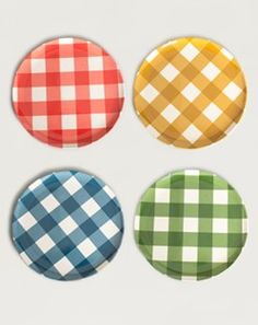 Bright gingham picnic plates. Okay, are these great, too, for the patio or what?
