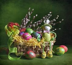Easter basket with eggs Happy Easter, Easter Bunny, Easter Eggs, Fete Pascal, Ostern Wallpaper, Easter Symbols, Christmas Holidays, Christmas Ornaments, Easter Pictures