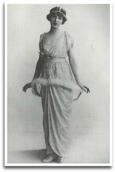 """L'actrice Ina Claire pose en robe """"abat-jour"""" du couturier Paul Poiret au début du XXe siècle. / robe vintage belle époque"""